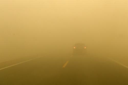 7月20日,柳格高速甜水井服务区附近的道路能见度很低。