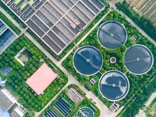 这是7月26日拍摄的山东省邹平县城市污水处理厂的污水处理场景,该厂处理好的污水成为湿地公园的水源。新华社发(张可荣 摄)