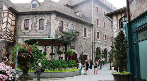 巴拿山法国城堡游人如梭