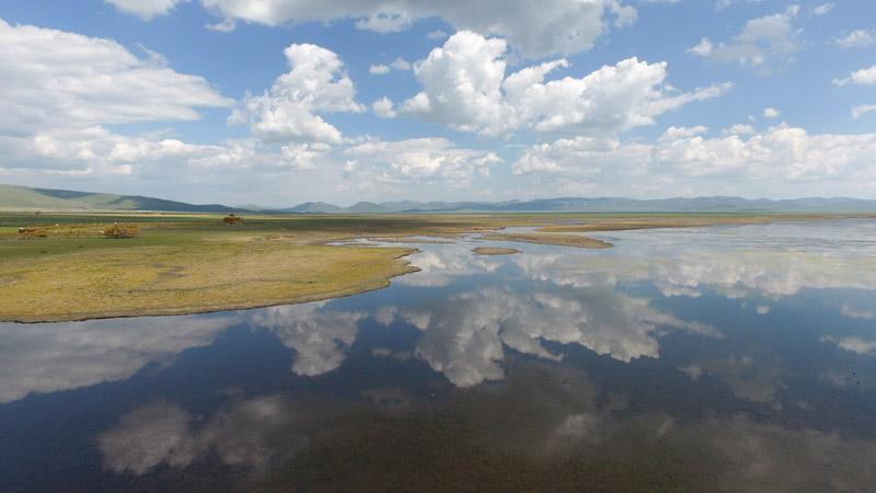 这是7月18日拍摄的甘肃省甘南藏族自治州碌曲县的尕海湖。