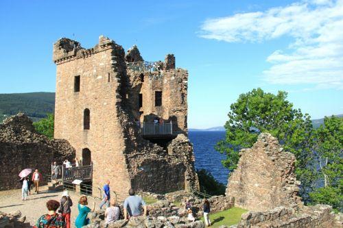 苏格兰城堡遗址游人们