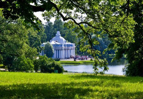湖畔蓝白相间的小宫殿是女皇的音乐室