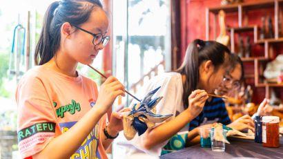 贵州安顺暑假学生现场观摩学习和亲自动手制作体验非遗文化的魅力