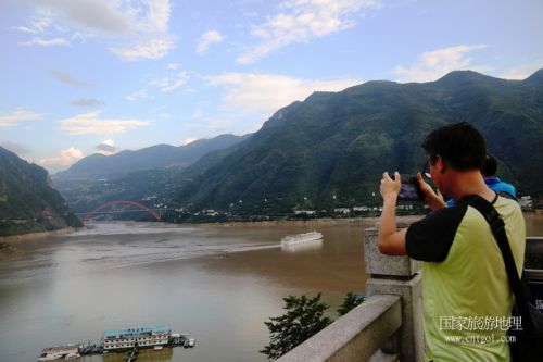 图3:游客在重庆巫山港区实录长江黄金邮轮游三峡景区   唐探峰摄