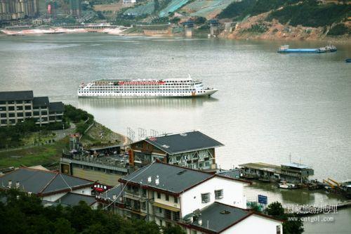 图1:热烈祝贺长江2号黄金邮轮跨省游正式启航   唐探峰摄