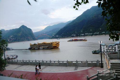 图6:画舫泊于国家旅游胜地巫山港区码头   唐探峰摄