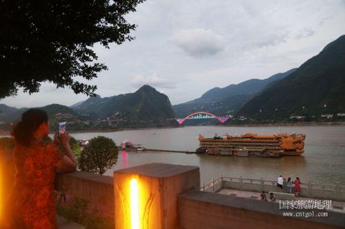 图8:游客观赏巫山港区码头夜景   唐探峰摄
