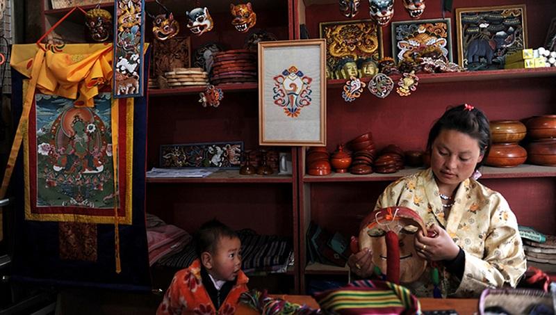 不丹女人与孩子