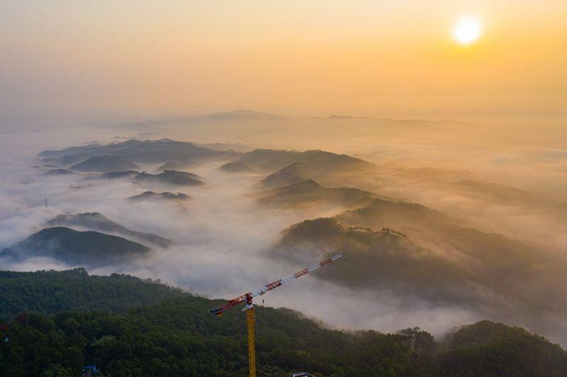6、白云山顶云雾缭绕如若仙境(何华文)
