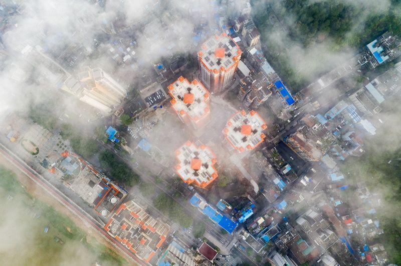 3、2020年8月22日早晨,航拍于广西梧州市云雾缭绕,城市建筑若隐若现,美不胜收。(何华文)