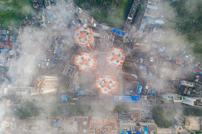 1、2020年8月22日早晨,航拍于广西梧州市云雾缭绕,城市建筑若隐若现,美不胜收。(何华文)