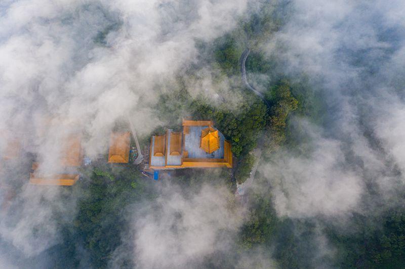 11、2020年8月22日早晨,航拍于广西梧州市云雾缭绕,城市建筑若隐若现,美不胜收。(何华文)