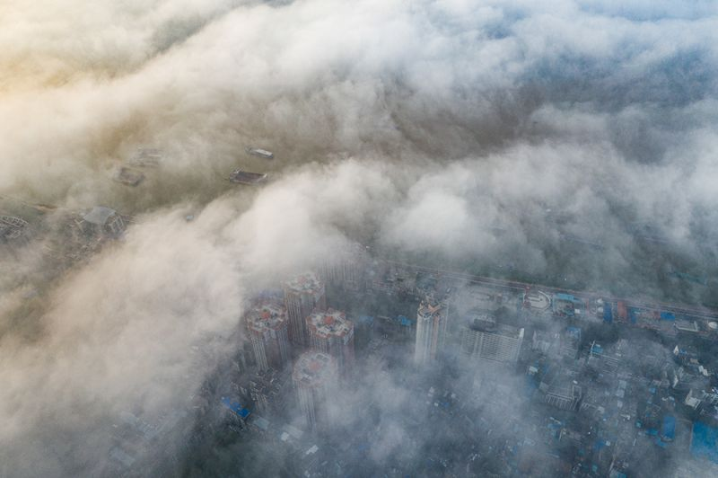8、江河船只和城市建筑在云雾中若隐若现(何华文)