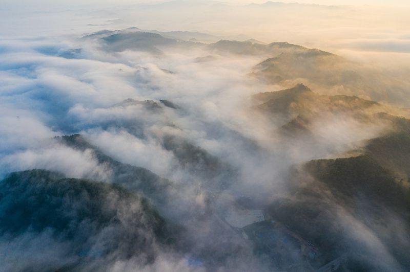 10、白云山顶云雾缭绕如若仙境(何华文)