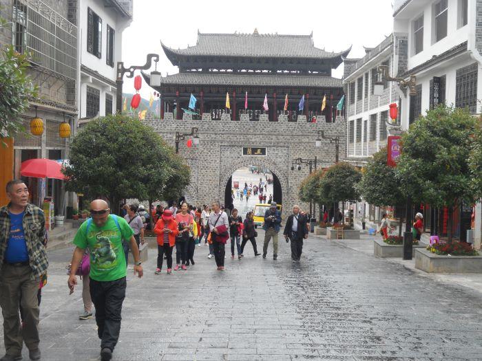 游客游玩且兰古都城