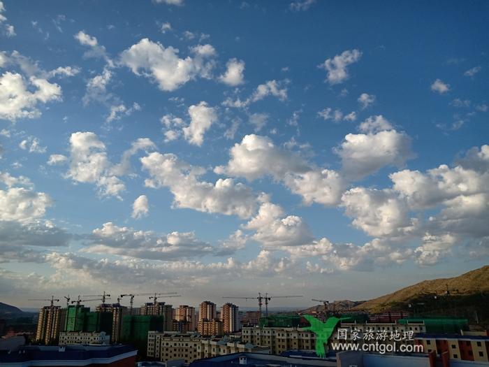 《在阿勒泰市聆听城市建设的足音》远眺城市建设群