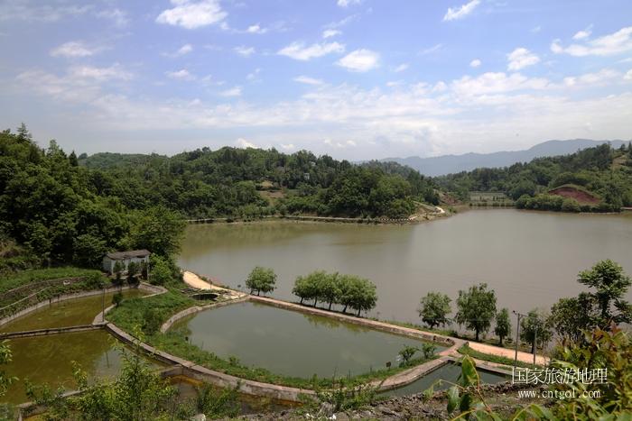 图4:实行河长制加强河塘库水利建设与管护,图为全县最大的三关水库一隅   唐探峰摄