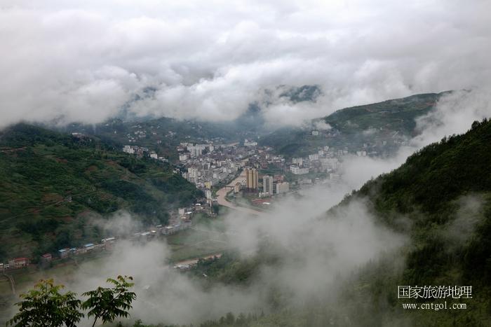 图5:新农村巨变,彩云缭绕的官渡镇  唐探峰摄