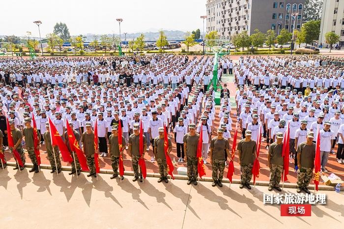 6、2020年9月1日航拍广西梧州商贸学校军训现场。(何华文)