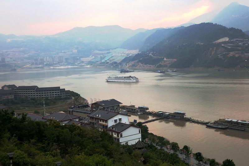图1:三峡黄金水道游轮安畅泊于巫山旅游码头   唐探峰摄
