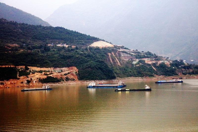 图4:高峡平湖大宁湖货船将进入大宁河   唐探峰摄