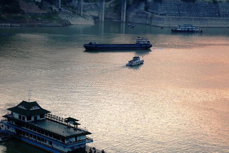 图5:巫山港航海事事务中心例行对物流船舶安检   唐探峰摄