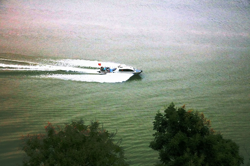 图7:巫山古城客快安畅航行在高峡平湖  唐探峰摄
