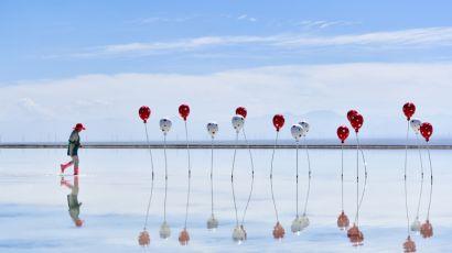 秋日的青海海西乌兰县茶卡镇的天然结晶盐湖