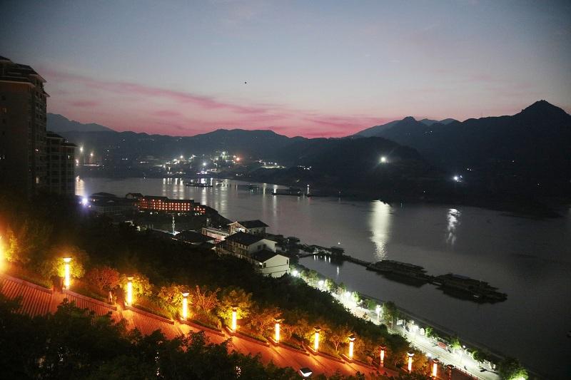 图1:重庆巫山晨辉洒在高峡平湖  唐探峰摄
