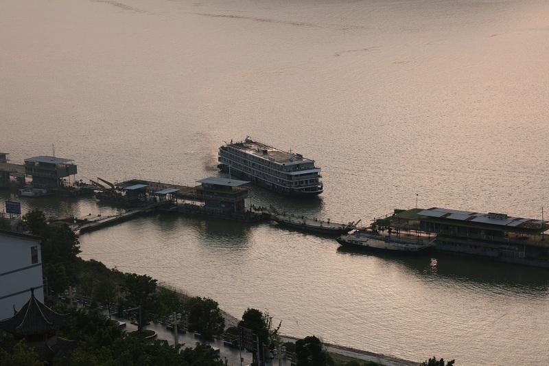 图4:重庆巫山黄金水道游轮安畅进港   唐探峰摄