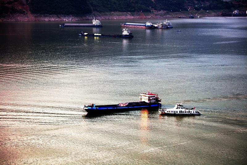 图6:巫山港航海事事务中心例行检查物流船舶安全   唐探峰摄