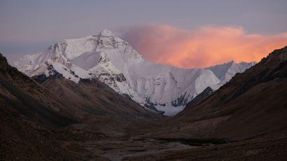 秋日在西藏加乌拉山口附近看珠穆朗玛峰