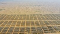 航拍库布其沙漠中的光伏发电基地