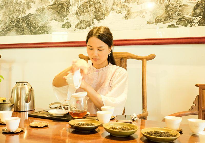 9月16日,在广西梧州市吉祥韵茶叶有限公司的茶厂,茶艺师李雯丽为顾客上茶。(何华文)