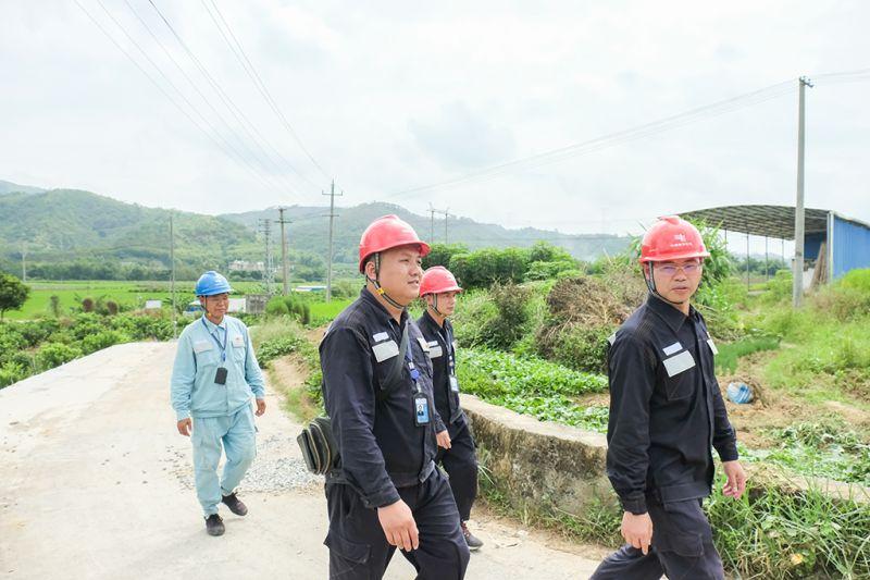 9月16日,在广西梧州市吉祥韵茶叶有限公司车间内,供电党员服务队上门为茶厂勘察用电线路走向。(何华文)