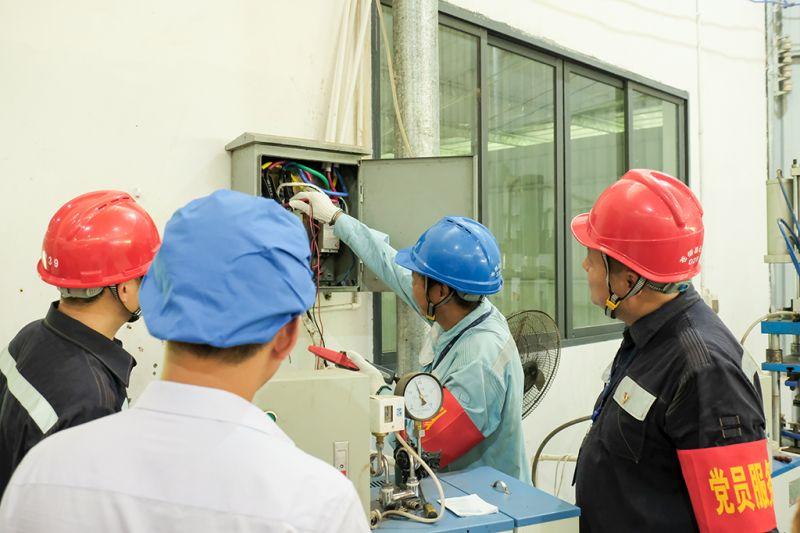 9月16日,在广西梧州市吉祥韵茶叶有限公司车间内,供电党员服务队上门为茶厂检测用电设备。(何华文)