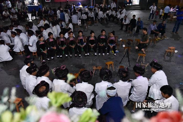 2020年9月15日,贵州省黔东南苗族侗族自治州从江县往洞镇增冲村在广场唱侗歌欢庆一年一度的新米节。2
