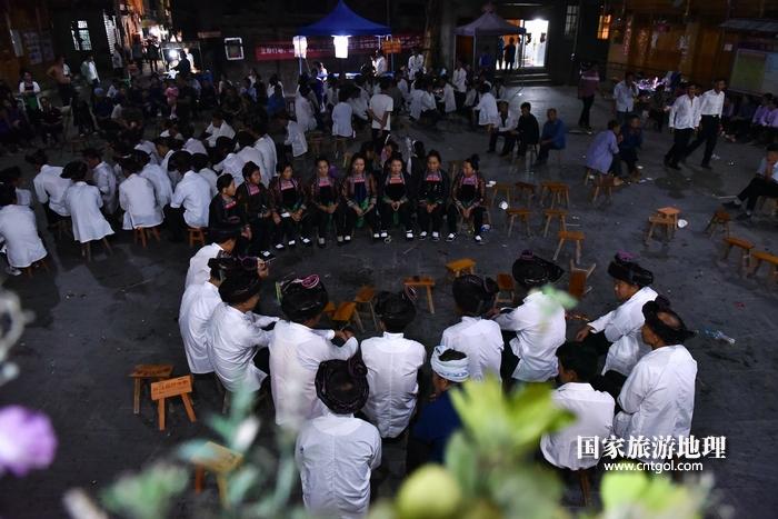 2020年9月15日,贵州省黔东南苗族侗族自治州从江县往洞镇增冲村在广场唱侗歌欢庆一年一度的新米节。