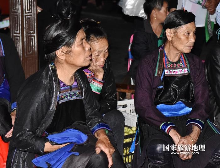 2020年9月15日,贵州省黔东南苗族侗族自治州从江县往洞镇增冲村在广场唱侗歌欢庆一年一度的新米节。7