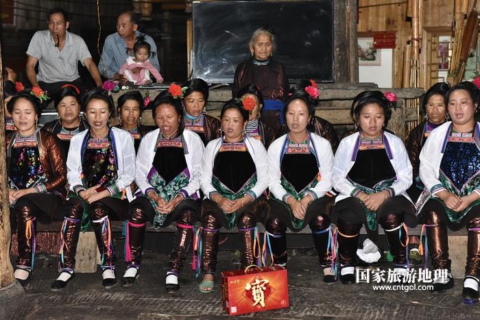 2020年9月15日,贵州省黔东南苗族侗族自治州从江县往洞镇增冲村在广场唱侗歌欢庆一年一度的新米节。8