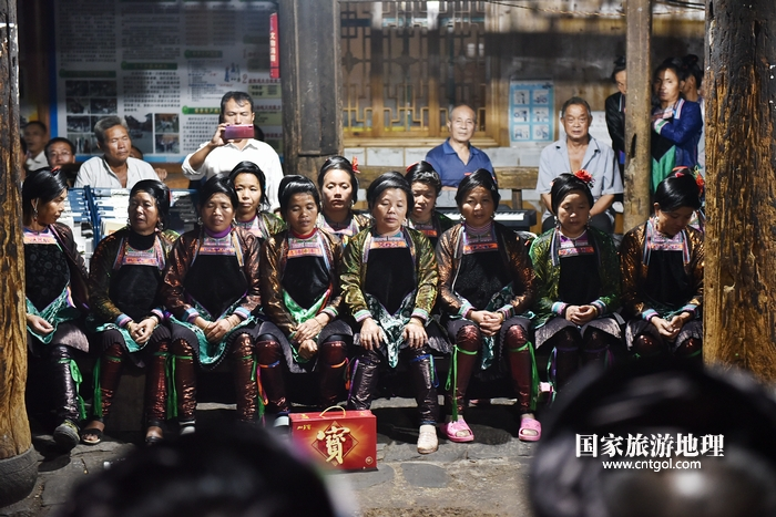 2020年9月15日,贵州省黔东南苗族侗族自治州从江县往洞镇增冲村在广场唱侗歌欢庆一年一度的新米节。9