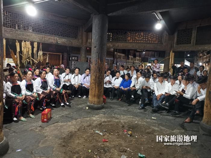 2020年9月15日,贵州省黔东南苗族侗族自治州从江县往洞镇增冲村在广场唱侗歌欢庆一年一度的新米节。13