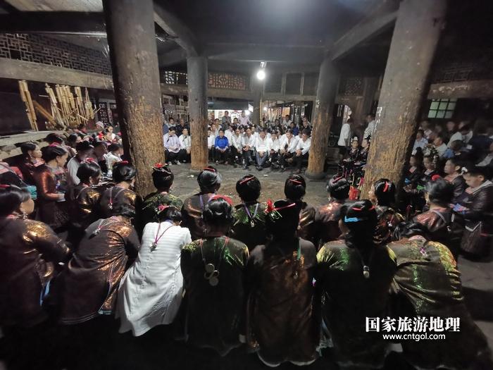 2020年9月15日,贵州省黔东南苗族侗族自治州从江县往洞镇增冲村在广场唱侗歌欢庆一年一度的新米节。14
