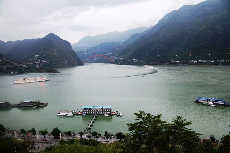 图7:10月4日傍晚两艘游轮安畅离开美丽的巫山港  唐探峰摄