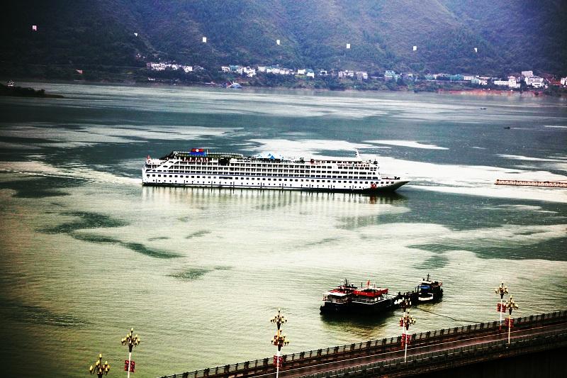图8:10月5日晨第四艘游轮安畅驶入巫山港   唐探峰摄