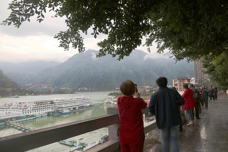 图9:游客在巫山旅游码头赏景拍照流芳   唐探峰摄