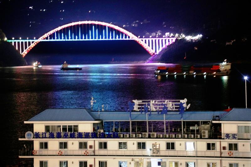 图4:国庆中秋巫山港区物流船舶夜航过彩虹桥  唐探峰摄