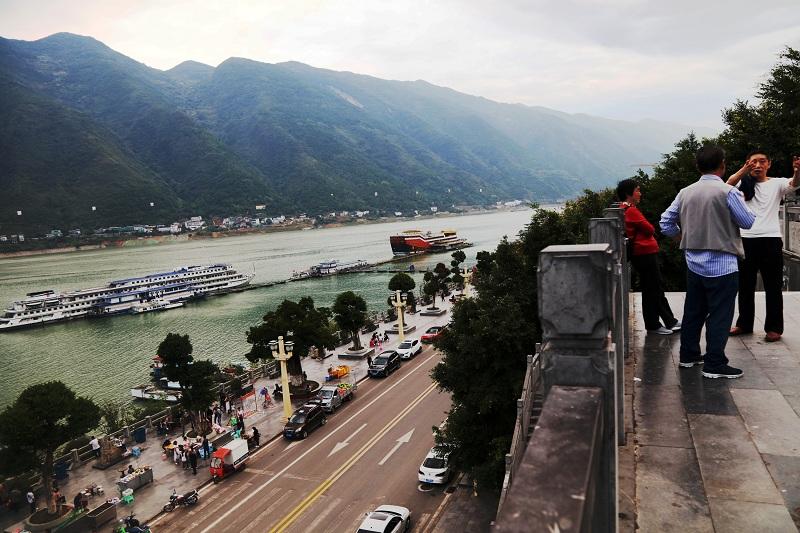 图10:国庆中秋旁晚游客市民开始到港区滨江路观夜景  唐探峰摄