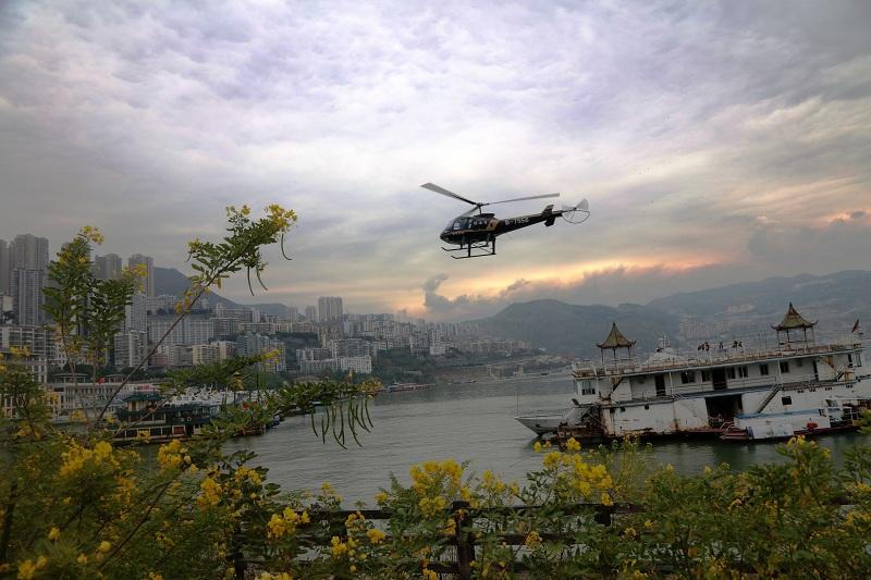 图8:神女号正在中国最美城市巫山县城醉景   唐探峰摄