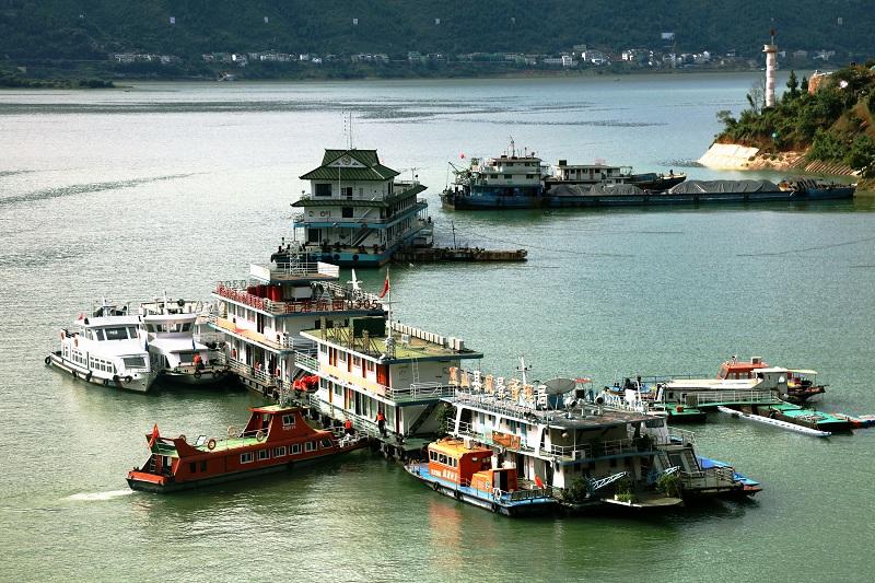 图5:三峡水库175米蓄水,重庆市大宁河龙门港航基地严格对过往船舶安检   唐探峰摄